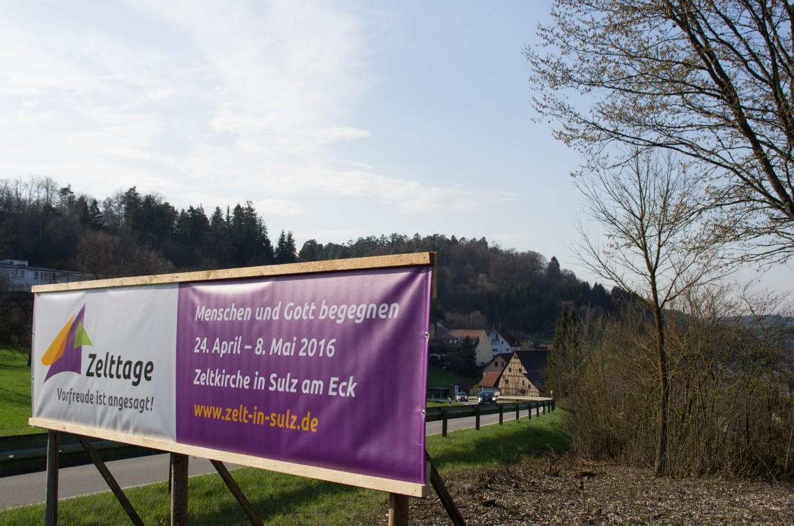 Banner der Zelttage am Ortseingang von Sulz